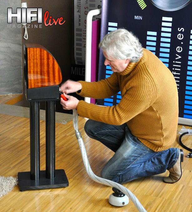 Cliff Orman instalando las HB-X1 en mi sala