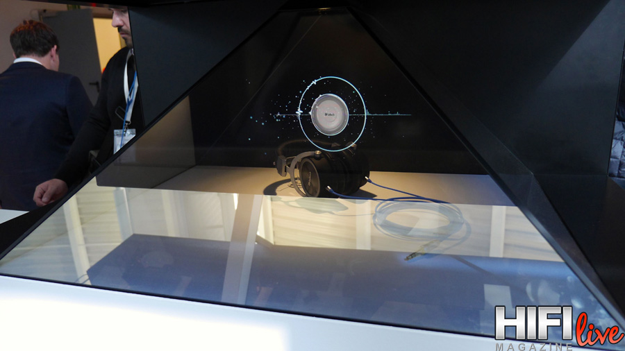 Impresionante holograma en la presentación de los auriculares McIntosh